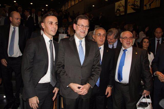 Mendoza, junto a Rajoy, en el acto de recogida del premio