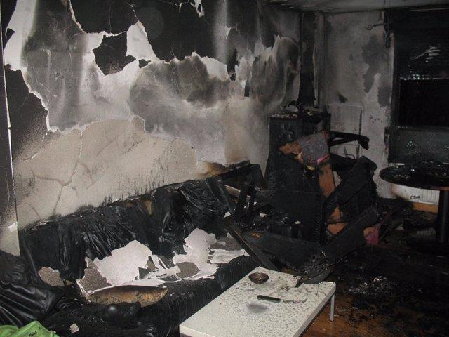 El fuego ha destruido el mobiliario del salón