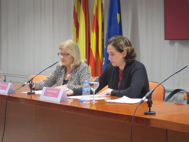 La alcaldesa Ada Colau y la vicedecana del Icab Rosa Maria Barberà