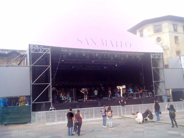 Escenario de conciertos en la Plaza de la Catedral en San Mateo
