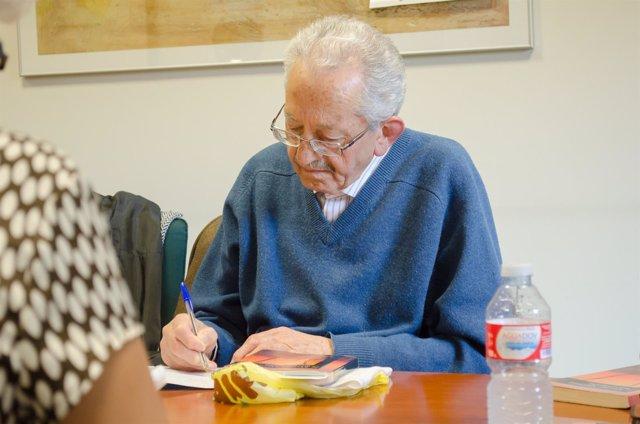 Jubilado escribiendo, personas mayores, lectura, lectores,escribir