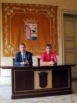 Enrique Sánchez-Guijo (izquierda) y Oche Alonso en la presentación de la Carrera