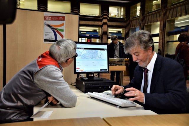 El alcalde Pedro Santisteve votando en la encuesta de la web municipal.