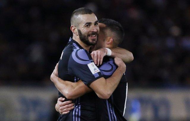 Benzema abraza a Lucas Vázquez (Real Madrid)