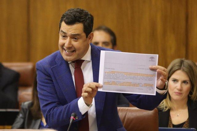 El presidente del PP-A, Juanma Moreno, pregunta a Susana Díaz en el Parlamento