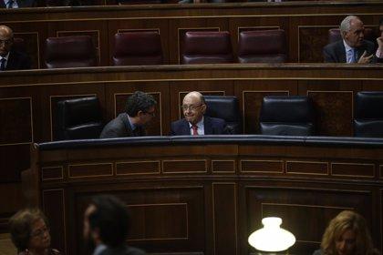 El PSOE respalda la subida de impuestos de Montoro, mientras los socios del PP la rechazan