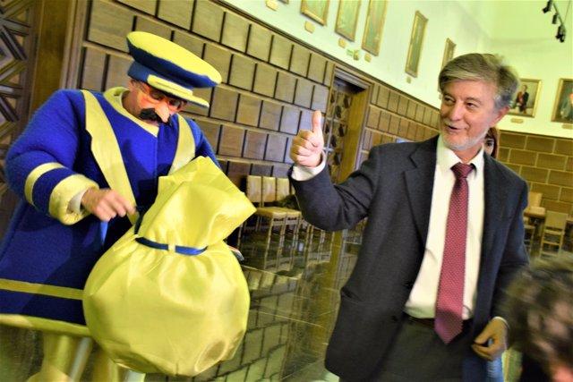 El alcalde Pedro Santisteve, entregando este jueves su carta a los Reyes Magos.