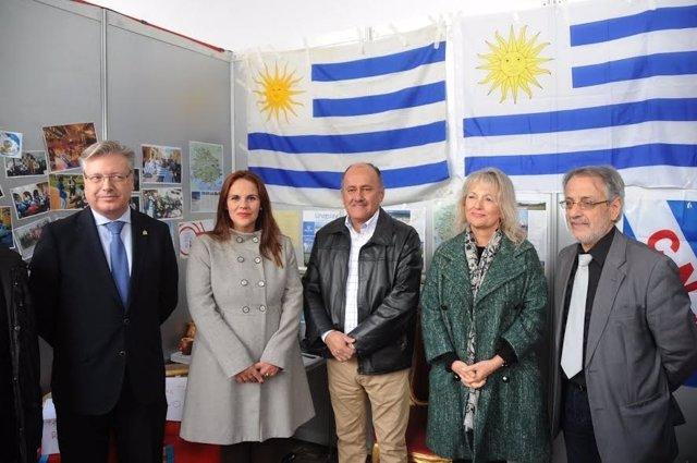 Barbero (izda.) y otras autoridades visitan el estand de Uruguay