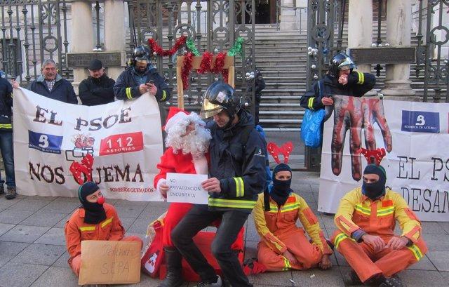 Protesta de los bomberos del Sepa ante la Junta General.