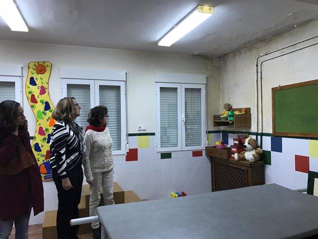 Gámez, Lorite y Arenas observan las humedades en un aula de la guardería.
