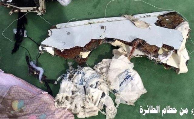 Restos del avión de Egyptair estrellado en Egipto