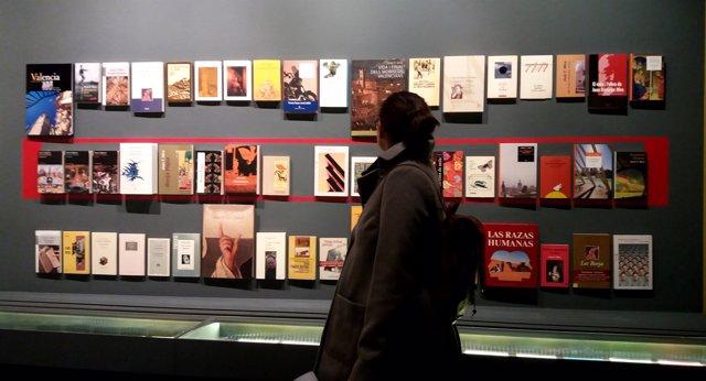 Una espectadora en la exposición sobre Joan Francesc Mira