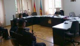 Condenado a dos años el joven grabado cuando agredía a su pareja en un portal en Alicante