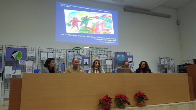 Esther Ruiz (centro) interviene en la inauguración