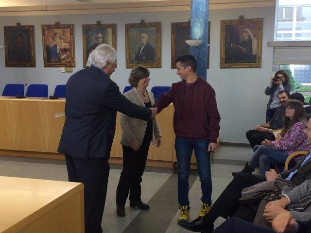 La consellera M.Borràs entrega llaves de pisos sociales en Olot