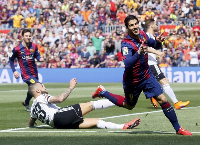 Luis Suárez celebra uno de sus goles ante el Valencia.