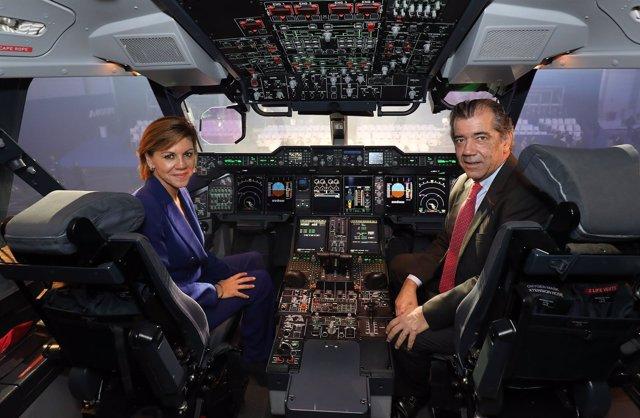 María de Cospedal y  Fernando Alonso, en el primer A400M del Ejército del Aire