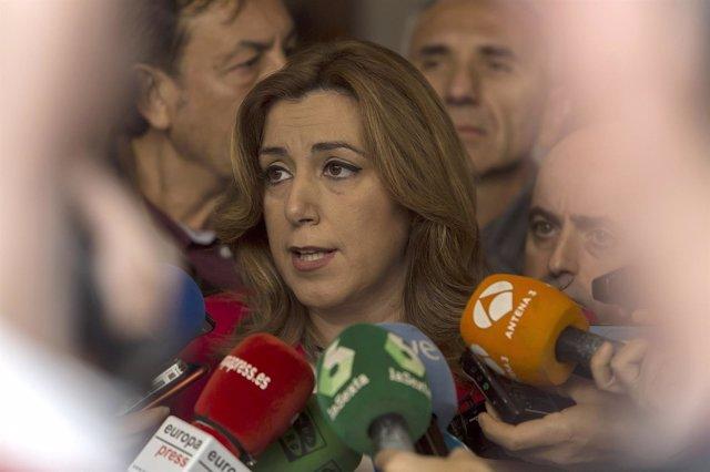 Susana Díaz atiende a los medios tras un desayuno informativo