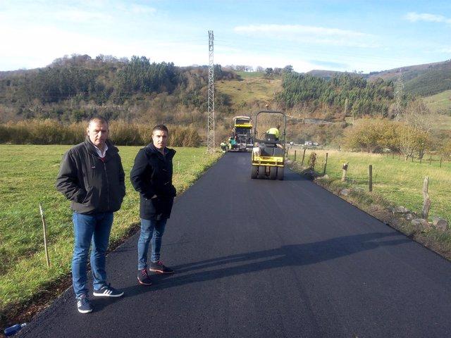 El alcalde visita los trabajos de asfaltado