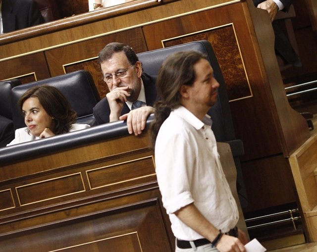 Pablo Iglesias, delante de Rajoy y Sáenz de Santamaría