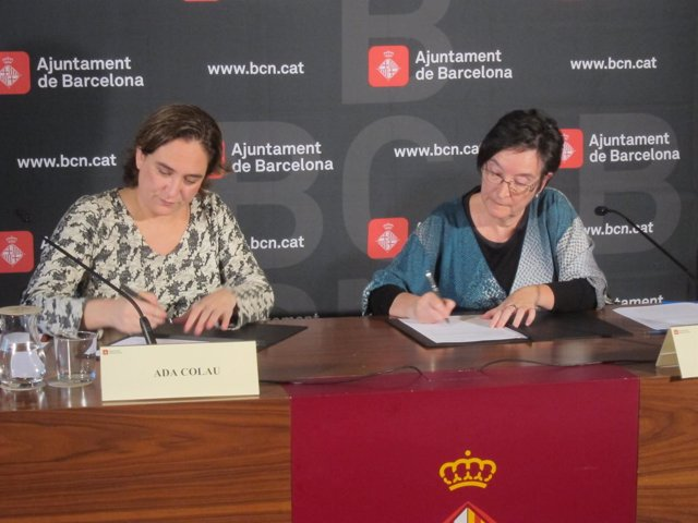 La alcaldesa Ada Colau y al vicerrectora de la UB Carme Panchón