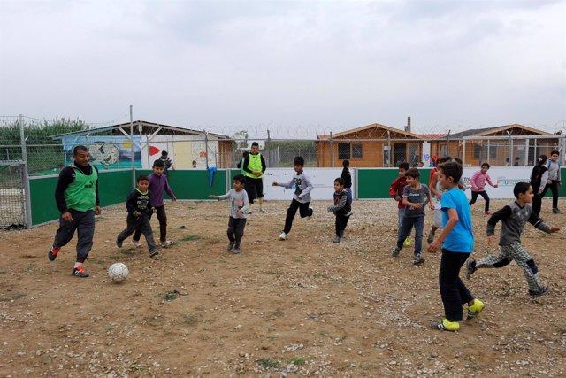 Un grupo de niños juega en un campo de inmigrantes en Diavata, Grecia.