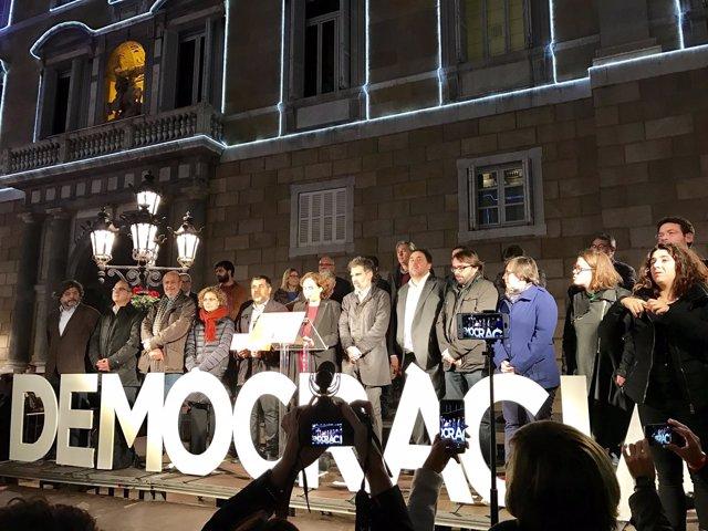 Ada Colau, Oriol Junqueras y otros políticos en el acto de apoyo a Forcadell