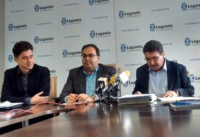 El alcalde de Leganés, Santiago Llorente, con su equipo económico