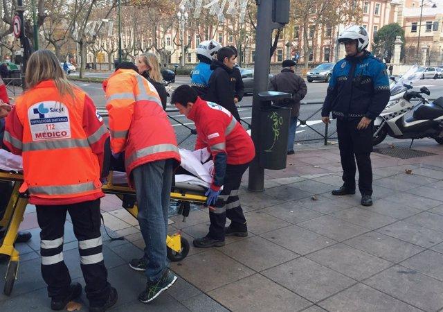 Los servicios de emergencia atienden al varón atropellado