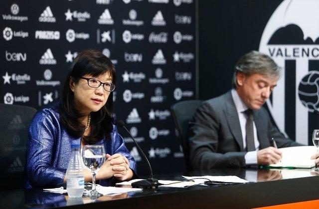La presidenta del Valencia, Lay Hoon, y el director deportivo García Pitarch