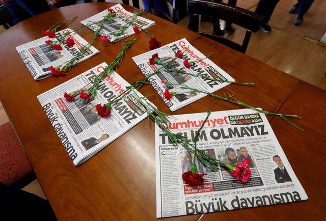 Varios ejemplares del periódico opositor y secular Cumhuriyet.