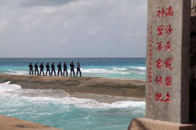 Soldados chinos en las islas Spratly