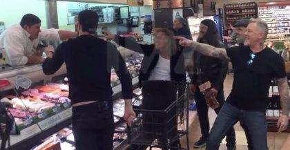 Vídeo: Metallica cantan con dependientes y clientes de un supermercado donde empezó a sonar Enter Sandman