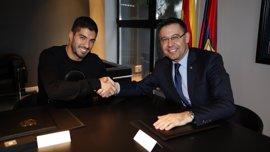 Luis Suárez firma su nuevo contrato con el FC Barcelona hasta 2021