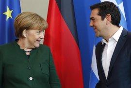 """Tsipras dice a Merkel que ha llegado el momento de """"curar las heridas de la crisis"""" en Grecia"""