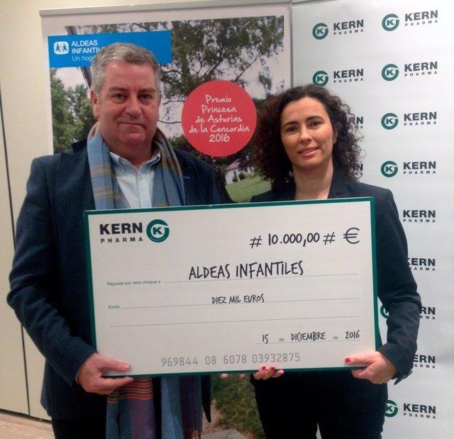 Kern Pharma realizando la donación