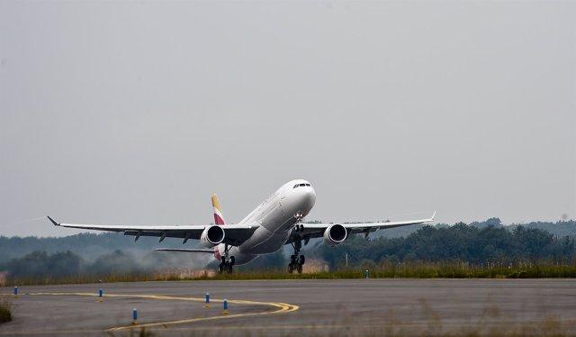 Avión de Iberia despegando