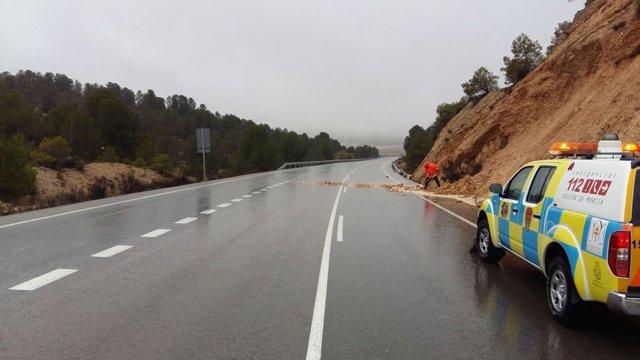 Voluntarios limpiando carreteras por las lluvias