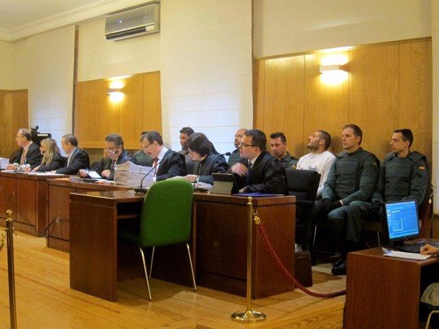 Los abogados y tras ellos los acusados del doble crimen