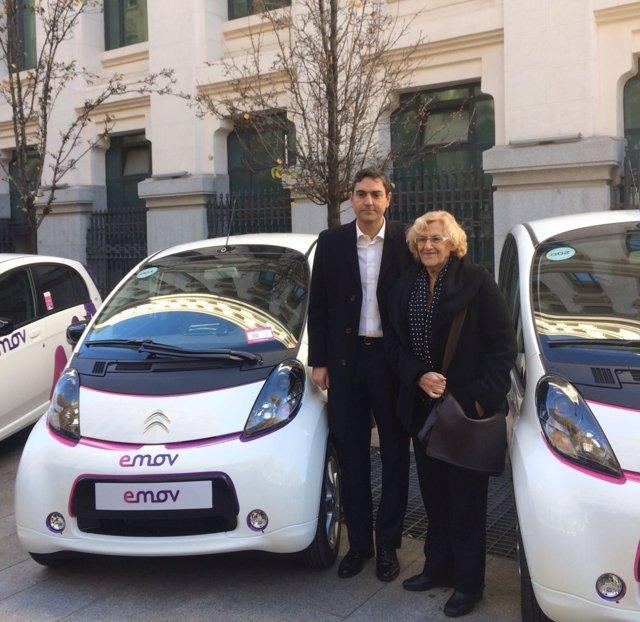 Manuela Carmena junto al nuevo vehículo eléctrico de Emov.