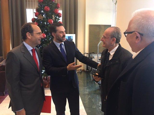 Joly consejero turismo habla con alcalde de Málaga de la Torre Fernández