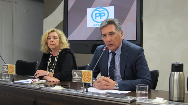 Serrat y Oliván (PP), en rueda de prensa en las Cortes