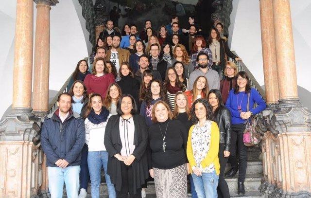 La delegada de Empleo de la Diputación junto a beneficiarios de la beca