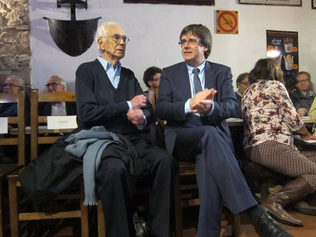 Escritor Josep Maria Espinàs, presidente de la Generalitat Carles Puigdemont