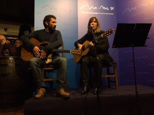 La cantante mallorquina Maria del Mar Bonet junto al músico Borja Penalba