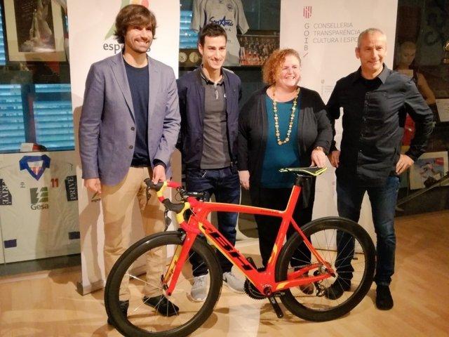 Momento del acto e entrega de la bicicleta