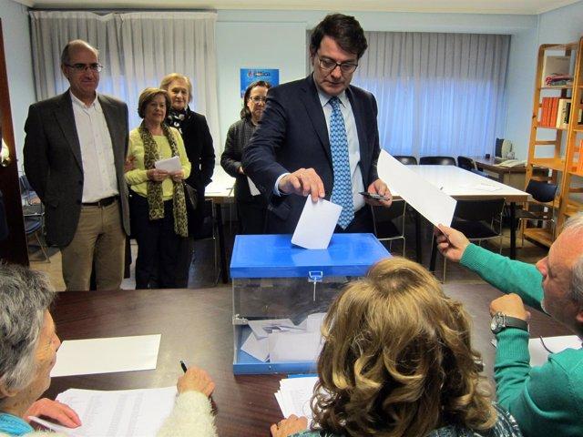 Fernández Mañueco vota en la sede del PP de Salamanca.