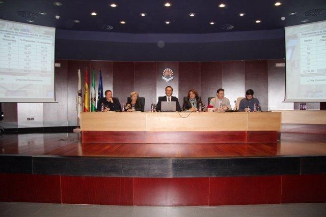 Mesa del Claustro al inicio de la sesión extraordinaria