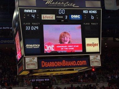 Este niño de 2 se roba la atención del público en un partido de hockey sobre hielo