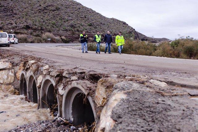 La carretera AL-8106, entre La Mulería y Villaricos, abierta tras el temporal.
